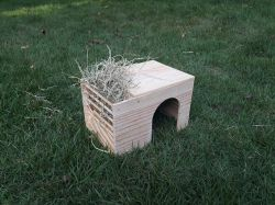 Casinha Pinus para  Mini Coelhos com Porta Feno